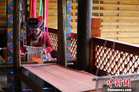 喇娜姆展示摩梭传统编织手艺。王磊 摄